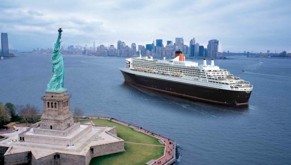 Le Queen Mary 2 naviguant devant la statue de la liberté, à New-York